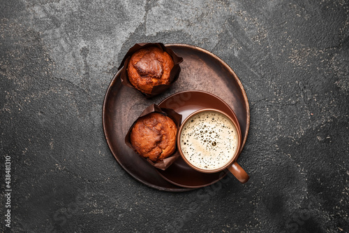 Cup of freshly brewed coffee and muffins on dark background Fototapet