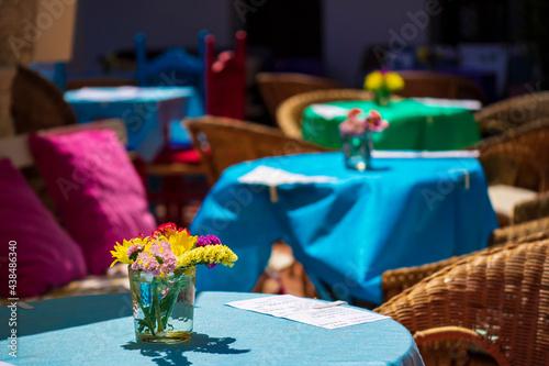 Obraz na płótnie Mesas y sillas de un restaurante de Mijas sin clientes por las restricciones