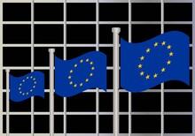 Banderas De La UE Ondeando Delante Del Parlamento Europeo. Política Europea