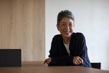 笑顔の日本人シニア女性