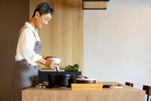 料理をする日本人シニア女性