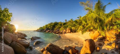 Canvastavla sunset at tropical beach anse lazio on praslin on the seychelles