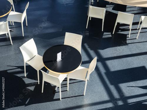 Foto une table et des chaises dans une lumière contrastée