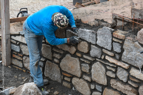 Fotografiet costruire muro pietra sasso sassi muratori cantiere edile edilizia
