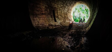 Túnel Antigo Na Natureza - Motos