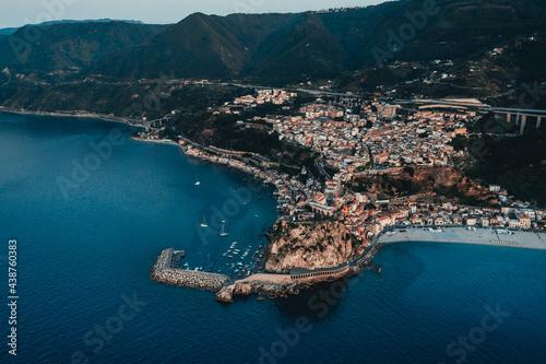 Stampa su Tela Scilla, città in Calabria vista aerea sul mare