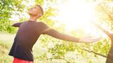 Fototapeta Na sufit - Mann macht Atemübung zur Entspannung in der Natur