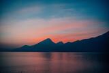 Zachód słońca nad górami i jeziorem
