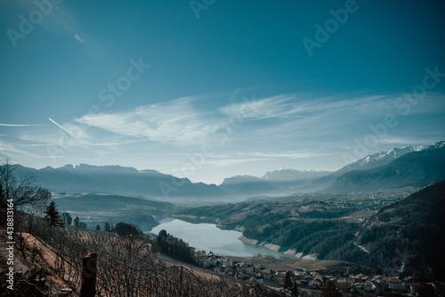 Krajobraz z górami i jeziorem