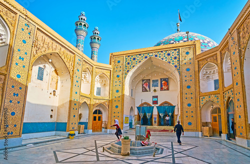 Платно The courtyard of Imam Zadeh Jafar Shrine, Yazd, Iran