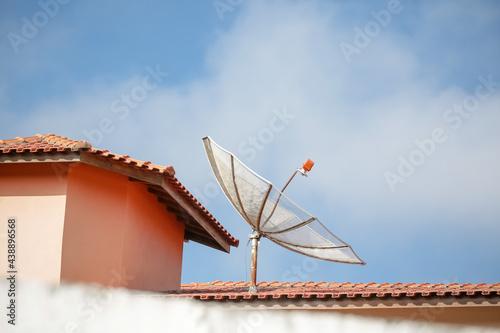 Canvas As antenas parabólicas utilizadas para pegar sinal da TV aberta, instalada nas casa em zona rural