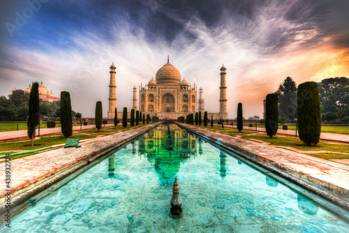 Fototapeta shot of the taj mahal and its reflection in a pool