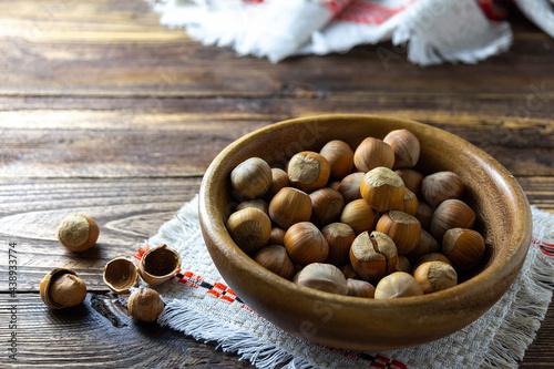 Fotografia nuts in a wooden bowl