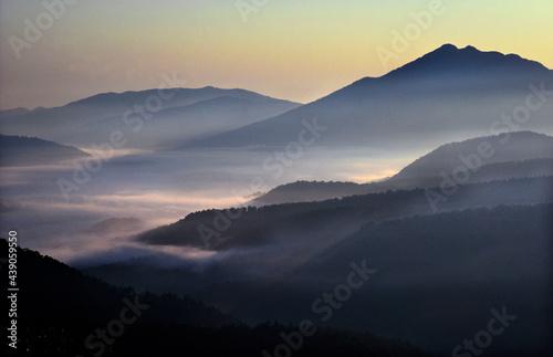 尾瀬は群馬、新潟、福島の三県にまたがる日本最大の湿原。至仏山から夜明けの尾瀬ケ原を見下ろす。 Fototapet