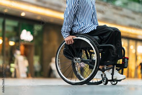 車椅子で出かける男性 Tapéta, Fotótapéta