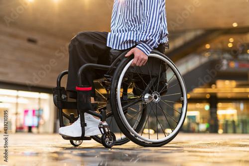 Vászonkép 車椅子で出かける男性