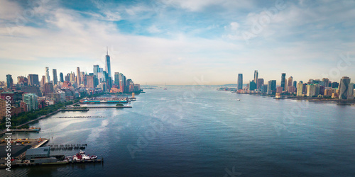 Fotografiet New York and New Jersey separated with Hudson river and Manhatn skyline rising a