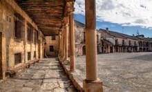 Soportales De Aplaza Mayor De Un Pueblo Con Encanto De La Provincia De Segovia , España.