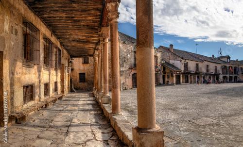 Canvas Print Soportales de aplaza mayor de un pueblo con encanto de la provincia de Segovia , España