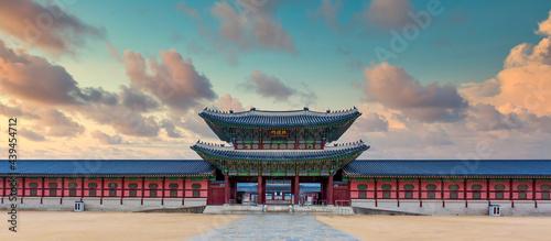 Photo Gyeongbok palace in Seoul City, Gyeongbokgung palace landmark of Seoul, South Korea, Korean wooden traditional house in Gyeongbokgung the main royal palace of Joseon dynasty