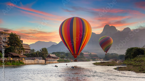 Canvastavla Nam Song river at sunset with hot air balloon in Vang Vieng, Laos, Beautifull landscape on the Nam Song River in Vang Vieng, Laos