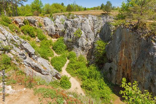 Canvas Print Standing at the edge of the sinkhole of the Fondry des chiens in Nismes