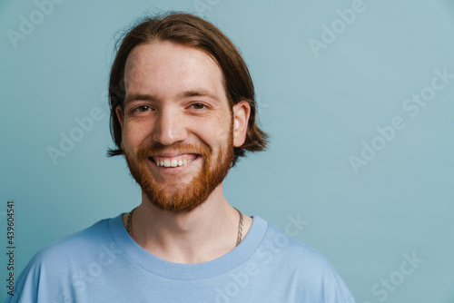 Tela Young ginger man with beard smiling and looking at camera