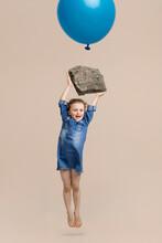 Mädchen Hängt An Einem Großen Stein Mit Luftballon