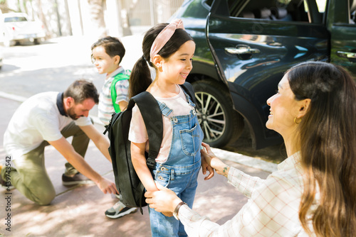 Stampa su Tela Behave well at school. Mother saying goodbye