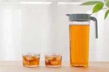 麦茶のグラスとピッチャー