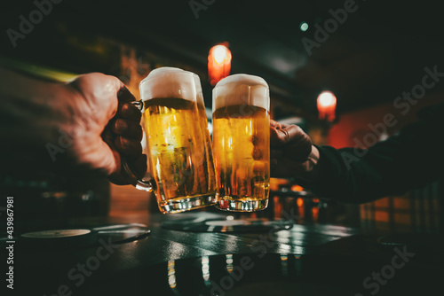 Photo Closeup view of a two glass of beer in hand