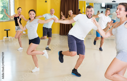 Photo Dancing couples learning swing at the dance class
