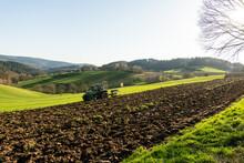 Pflücken Des Acker Im März Mit Traktor  Und Pflug.