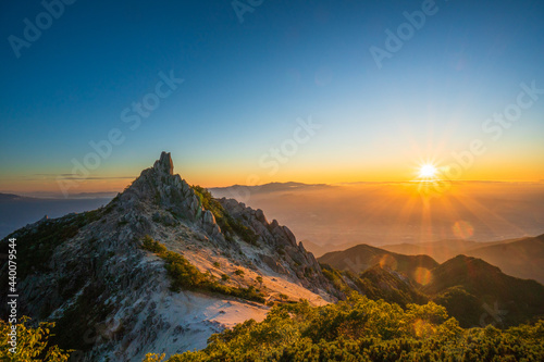 Valokuvatapetti 鳳凰三山 オベリスクと日の出