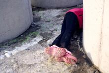 Photo Homeless Woman In Concrete Lies