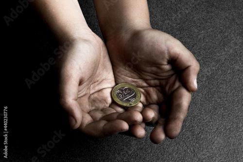 Fotografiet The poor hands of a child