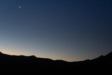 Luna Creciente En Atardecer Sin Estrellas Y Colores Con Silueta Luna