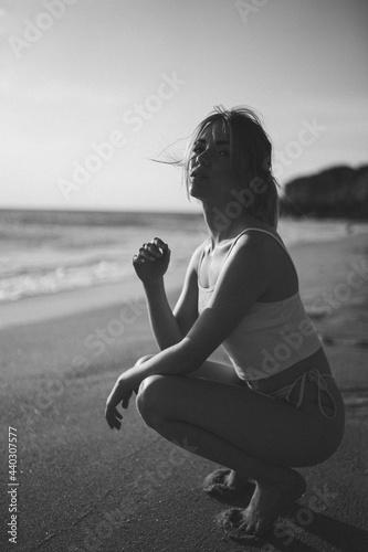 Chica en la playa luciendo bikini o traje de baño en verano Fototapeta