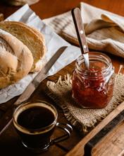 Bandeja Con Pan, Mermelada, Y Café