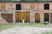 Scheune Aus Ziegelsteinen Mit Vielen  Verschlossenen Toren Und Fenstern