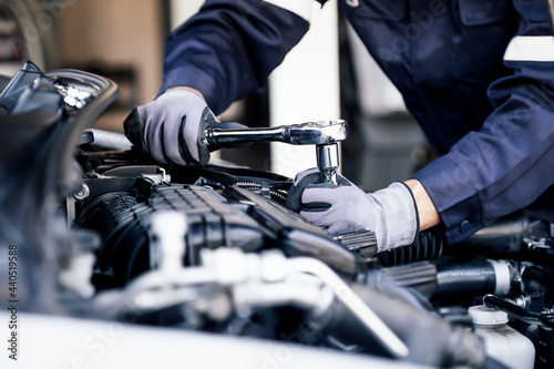 Canvas Print Professional mechanic working on the engine of the car in the garage