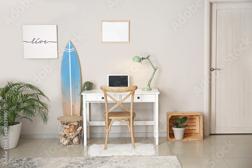 Photo Interior of modern stylish room with surfboard and table