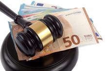 Marteau De Juge Posé Sur Son Socle Avec Une Liasse De Billets De Banque En Euro En Gros Plan