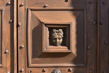 Sous Le Regard D'une Vieille Porte En Bois Sculptée Et Cloutée, En Région Normandie, France