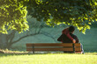 para młodych ludzi na ławce w parku, widziana od tyłu