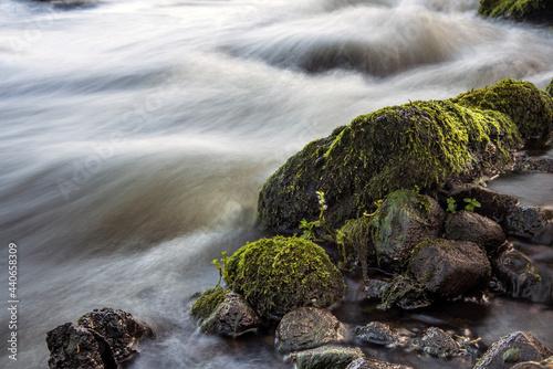 kamienie w bystrym nurcie rzeki