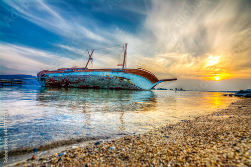 Photo Sunked yacht during sunset in Didim