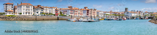Fotografia Vue sur le port de la ville de Saint-Jean-de-Luz dans le département des Pyrénées-Atlantiques