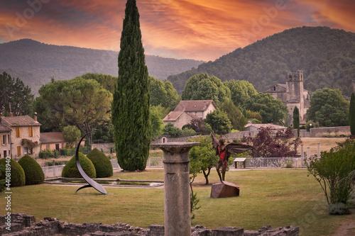 Fotografia ruines romaines dans la ville de Vaison-la-Romaine