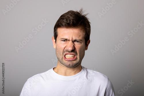 Fotografie, Obraz Hombre con gesto de disgusto
